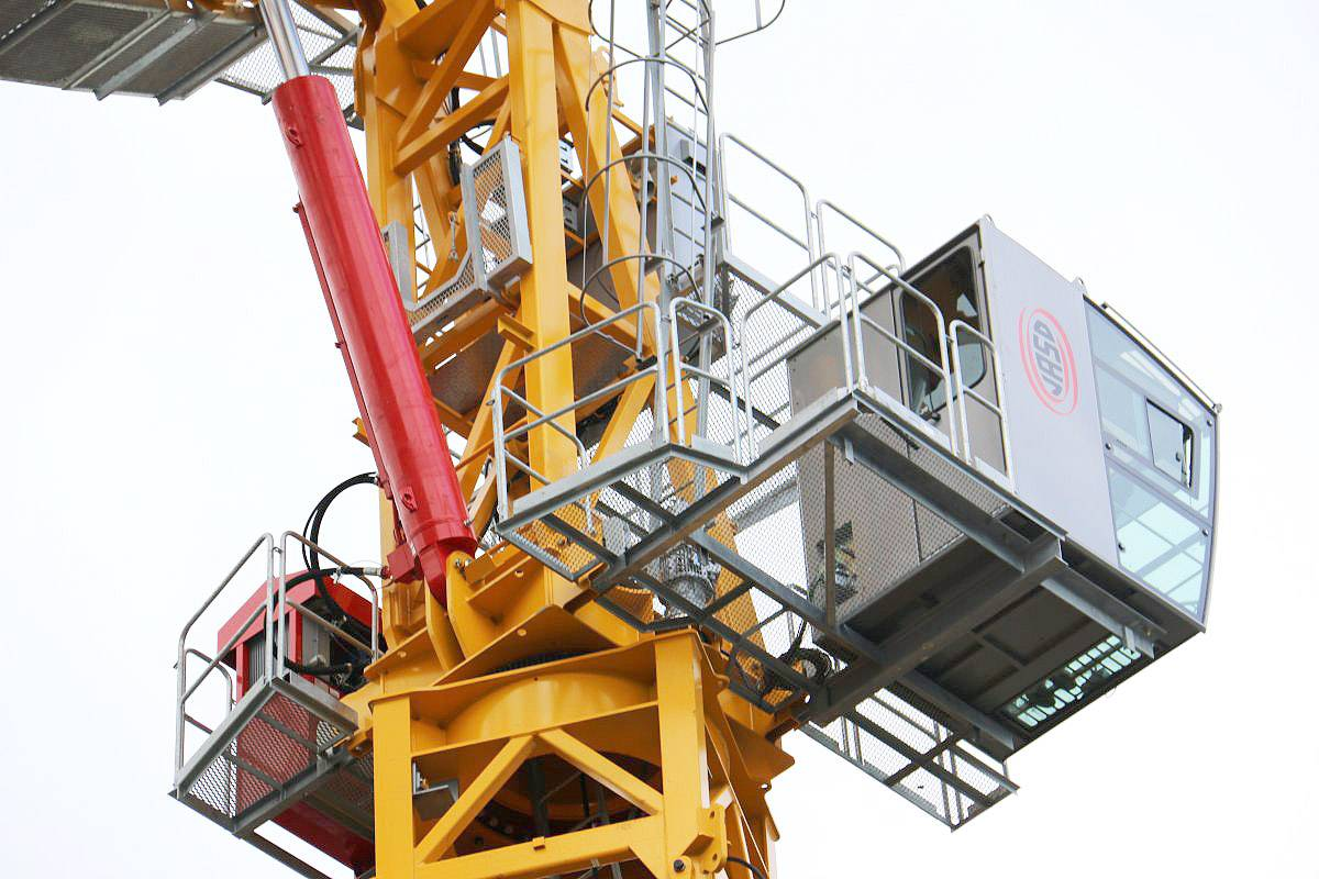 The hydraulic luffing crane, a revolution in the market